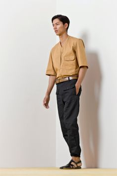 5. V-collar overshirt in washed cotton twill / Front-pocket pants in cotton and linen gabardine / Double-strap belt in calf leather / Sandals in vegetal calf leather