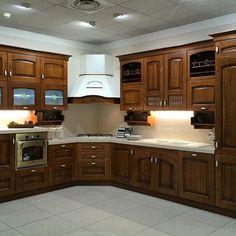 Ti piace la cucina classica? Ecco una delle tante soluzioni che trovi nel nostro showroom. Siamo il più grande centro cucine del sud Italia. Vieni a trovarci, siamo all'ingresso di Modugno (Bari) in via Roma 120.
