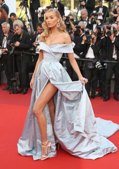 Lingerie combinando com vestido leva fenda ao extremo no red carpet  - Elsa Hosk (Foto: Getty Images)