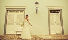 Vestido de noiva fluido com véu longo. Foto: Rodrigo Zapico