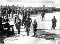 MARRUECOS GUERRA DE AFRICA: Dar Riffien (Comandancia de Ceuta), 05/10/1927.- El coronel Eugenio Sanz de Larín (2i), jefe del Tercio, asiste a la misa de campaña celebrada durante la ceremonia de entrega de la primera bandera a esta unidad, con ocasión de la vista de los Reyes de España al Protectorado español en Marruecos. EFE/jt