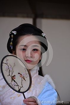 The modern Chinese girl dressed in ancient costumes, is a typical oriental beauty of women, photos taken at Taoranting Park Park in Beijing, she is doing a model for the students of the photography class