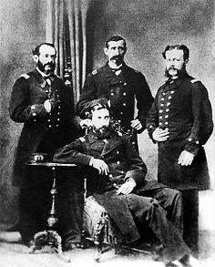 """Los """"Cuatro Ases de la Marina Peruana"""". Paarados de izquierda a derecha Miguel Grau (piurano), Lizardo Montero (piurano) y Aurelio García (limeño). Sentado Manuel Ferreyros (limeño)."""