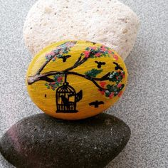 Bir kuş konsa badi parmağıma #doğayısev #taşboyama #rockpainting #rockpainting #handmade #natural #benimfırçam #stonespainting #izmir #art #çakıltaşı #bird #stones #terapia