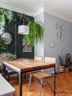 A sala desse apartamento antigo foi decorada com boas soluções e ideias de faça você mesmo, como uma estante de trilhos e paredes pintadas de cinza.