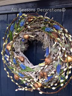 Love this for any season Wreath Crafts, Diy Crafts, Holiday Wreaths, Holiday Decor, Corporate Flowers, Front Door Decor, Green Flowers, How To Make Wreaths, Grapevine Wreath