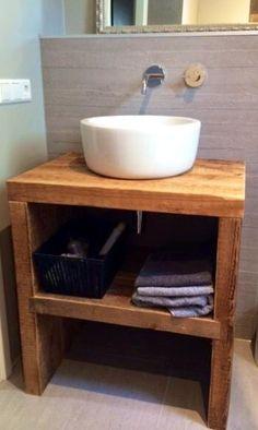 Mooi stoer en robuust badkamer meubel gemaakt van zeer oude balken.