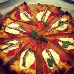 Omaggio alla #Campania: bufala, alici di menaica, aglio rosso di #Sulmona. Un'altra, eccellente #pizza di La Sorgente, Guardiagrele #abruzzo