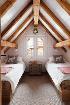Chalet mit weißem Interieur in Frankreich – Chalet with white interior in France – Attic Bedroom Closets, Attic Bedroom Designs, Attic Design, Attic Rooms, Attic Spaces, Bedroom Loft, Attic Playroom, Attic Bathroom, Attic Closet