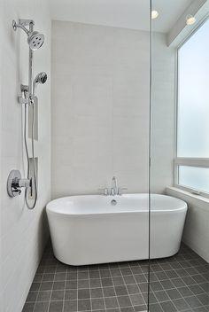 U wilt meer licht in uw douche of heeft u te weinig ruimte voor een muurtje in de badkamer? Dan is een glazen douchewand wellicht iets voor u. En dit zijn slechts twee voorbeelden van de legio mogelijkheden die een mooie douchewand u biedt.