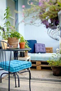 europaletten möbel diy balkonideen balkonpflanzen metallener tisch stuhl beistelltisch teppich