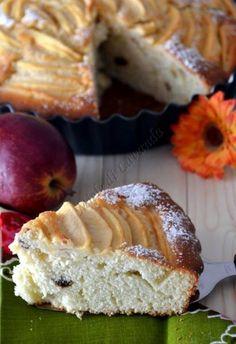 Torta di mele e uvettaIngredienti:2 mele 4 uova 300 di farina 200 gr di zucchero 2 yogurt bianco 1 busta pane angeli semi di mezza bacca di vaniglia 50 gr di uvetta sultanina 70 gr di burro 1 limone zucchero al velo zucchero di canna (q.b.)Preparazione:Laviamo, le due mele, eliminiamo il torsolo, sbucciamole e tagliamole a fette sottili. Mettiamole...