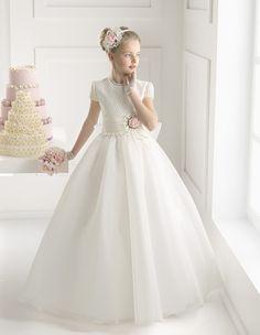 (Foto 22 de 24) Marta: Vestido de comunión con falda acampanada y bordado de flores en rosa, Galeria de fotos de Rosa Clará 2015: Vestidos de comunión y arras