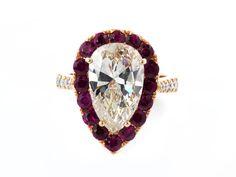 Ringweite: 53. Gewicht: ca. 7,6 g. RG 750. Prächtiger Ring mit zentralem Diamanten im Tropfenschliff, ca. 4,4 ct getönt/ VS1 mit starker Fluoreszenz, auf der...