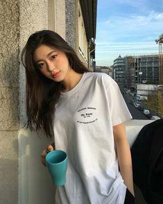 Kpop Fashion Outfits, Fashion Poses, Ulzzang Fashion, Pretty Korean Girls, Ulzzang Korean Girl, Mixed Girls, Girl Celebrities, Fashion Couple, Woman Fashion