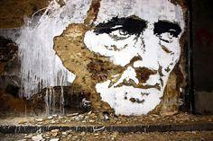 Alexandre Farto alias Vhils est un artiste de rue de portugais. Il utilise la technique du pochoir sur les différentes épaisseurs de l'espace urbain, en détruisant les murs pour donner du relief à son oeuvre.
