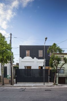 Nido House in Buenos Aires / Estudio PKa on Inspirationde Home Modern, Midcentury Modern, Modern Homes, Art Deco Home, Under The Lights, Organic Modern, Story House, Exposed Brick, Old Houses