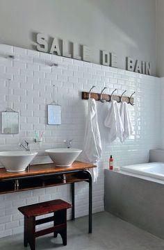 Inspiration écolière pour la salle de bains des enfants - Une maison de famille comme un cocon - CôtéMaison.fr