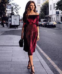 Платье в женском гардеробе – волшебная палочка-выручалочка. В предстоящем сезоне дизайнеры выпустили коллекцию идеальных фасонов модных платьев 2017 – 2018 годов для современных женщин – сильных и целеустремленных. Без такого платья не представляется зимняя мода. Во-первых, оно крайне удобно, а во-в