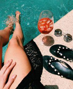 Bom dia, sabadão!! ☀️ @helena_lunardelli sabe aproveitar da melhor forma  E você?! Planeja curtir como?? #envyotica #prada #summer #verao #pool #piscina #sun