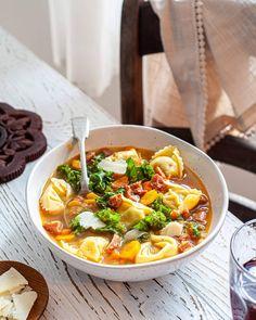 Soupe orange réconfortante / Carotte, courge butternut & curcuma - Emilie Murmure Le Chou Kale, Pesto, Chili, Ramen, Ethnic Recipes, Mini Croissant, Food, Matins, Parmesan