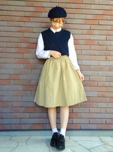 ネイビーのベスト×白シャツ、ミディアム丈のギャザースカートのコーディネート。秋の雰囲気が漂うウールのベレー帽、エナメルのシューズがポイントです。