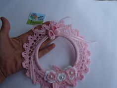 Guirlanda para porta de maternidade.  O nome do bebê bordado pode ser incluído também. Crochet Wreath, Christmas Floral Arrangements, Sweetest Day, Small Baby, Knitting Projects, Crochet Baby, Lana, Baby Kids, Crochet Necklace
