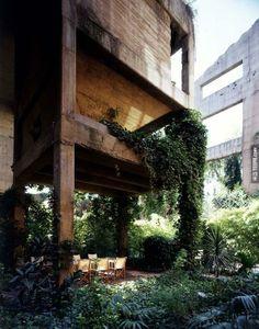 """""""一個建築師最重要的工作就是要理解空間,要去支配它,去揭開所有人類的動作和行為,然後去發掘他們淺意識下的需要。如果我們要對建築的世界有所影響了話,我們必須要達到這幾點。"""" - Ricardo Bofill"""