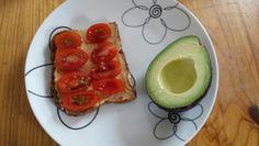 Ryebread with paprika/chili hummus and tomatoes and half an avocado.