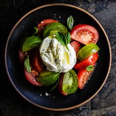 The ultimate Caprese Salad with generous slices of red and green tomatoes topped with a whole burrata ! Simply seasoned with extra virgin Italian olive oil, fresh basil, crushed pepper and Guérande salt. Gnocchi Pesto, Tortellini, Chef Club, Caprese Salat, Italian Olives, Paleo, Work Meals, Green Tomatoes, Fresh Basil