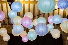 With pastel paperlanterns you can create a summer Ibiza vibe! We ❤️ it! Met pastel lampionnen creëer je een zomerse Ibiza sfeer ! ☀️  #lampion #ibiza #pastel #party #feest #huwelijk #weddingideas #weddinginspiration #events #eventplanner #trouwen #decoration #styling #happy #lampionnen #weddingdecor #horeca Huwelijksideen, Bruiloftsborden  Hangende lantaarn Heiraat dekoration  Fete de mariage Lanternes en papier