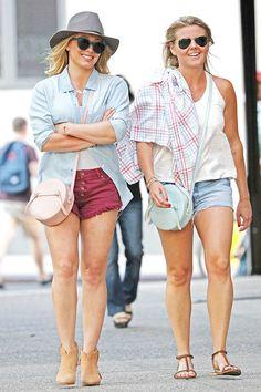 Hilary Duff exibe pernões em passeio por Nova York