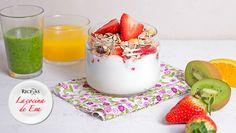 Vaso de yogur con frutas y muesli