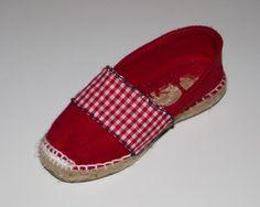 Alpargata de esparto plana roja con detalles en vichy rojo