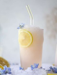 This lemonade froze recipe is so perfect for the summer! You make the froze from a bottle of dry rosé wine that you turn into ice cubes, and then blend it with your favorite lemonade, some rosé syrup…Best Summer Wine Slushies Cocktails, Alcoholic Drinks, Fruity Drinks, Cocktail Recipes, Drink Recipes, Salad Recipes, Wine Slushie Recipe, Wine Slushies, Dry Rose Wine