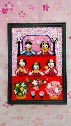 ハンドメイドマーケット+minne(ミンネ)|+(送料無料)+オーダー開始!つまみ細工のお雛様のA4フレーム(縦型三段) Boys Day, Child Day, Paper Flower Garlands, Paper Flowers, Hina Matsuri, Japan Crafts, Diy And Crafts, Arts And Crafts, Quilling Art