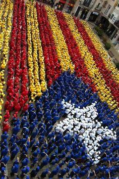 Estelada humana a Igualada / Human 'Estelada', the flag of Catalan independence, in Igualada (18/05/13) foto de @CarlesOdena