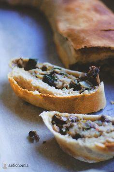 Drożdżowa strucla z pieczarkami z koprem, świeżym szpinakiem i suszonymi podgrzybkami » Jadłonomia · wegańskie przepisy nie tylko dla wegan