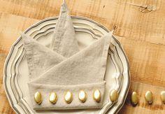 Une couronne Pour un anniversaire de princesse, ce pliage de serviette en forme de couronne sera idéal. Ajoutez des paillettes ou variez les couleurs pour obtenir un joli contraste avec vos assiettes. Niveau : facile