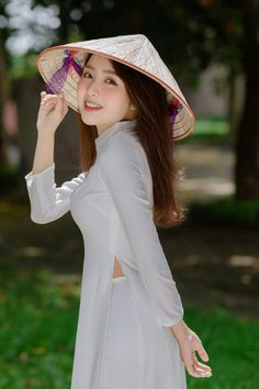 Ao Dai, Vietnam Girl, Vietnamese Dress, White Silk, Pure Beauty, Girl Model, Traditional Outfits, Girl Hairstyles, Asian Beauty