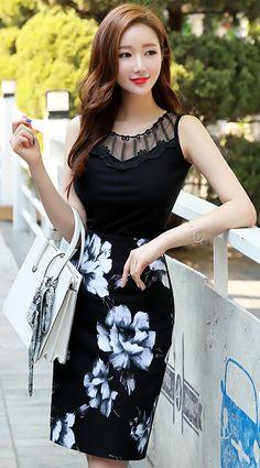 StyleOnme_Rose Print Pencil Skirt #rose #black #pencilskirt #koreanfashion #kstyle #kfashion #dailylook