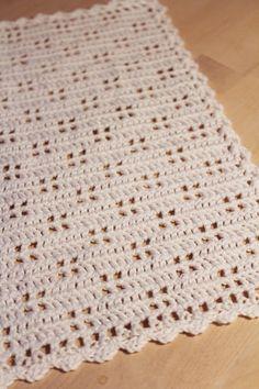 Denne serviet er markant med sit firdelte hulmønster. Husk, at hvis du har modeller i dine gemmer, fra familie eller venner, vil vi ger...