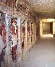 """Pasillo de la capilla con estatuas La morada para la eternidad de Irukaptah       Irukaptah fue un hombre que vivió en la V Dinastía. Llevó los títulos de """"Sacerdote del Ka del rey"""" y """"Jefe de los Carniceros del Palacio Real""""."""