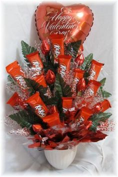 Learn how to make candy bouquets – Candy Bouquet Designs books. Start Candy Bouquet and Gift Basket Business or Do it for a hobby! Valentines Day Baskets, Valentines Day Chocolates, Valentine Day Crafts, Valentine Decorations, Candy Bar Bouquet, Valentine's Day Gift Baskets, Raffle Baskets, Basket Gift, Chocolate Flowers Bouquet