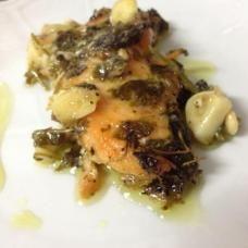 דג סלומון בשמן זית ועשבי תיבול