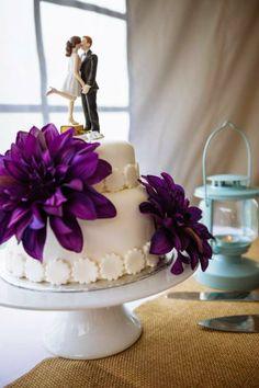 Wedding cake. Travel cake topper. White fondant and purple flowers. Tiered wedding cake. Étincelle: Pique-nique pour un mariage rustique
