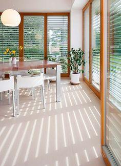 Venkovní žaluzie při staženém stavu odrážejí sluneční paprsky a nedovolují jejich proniknutí do interiéru. Tím příznivě ovlivňují tepelné podmínky uvnitř domu.