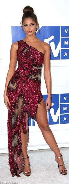 Leggy look: VS Angel Taylor Hill glittered in a red gown