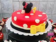 Bolo tema Minnie Vermelha  Cobertura e modelagem em pasta de leite.  Ligue (98)996188839 e faça seu orçamento sem compromisso