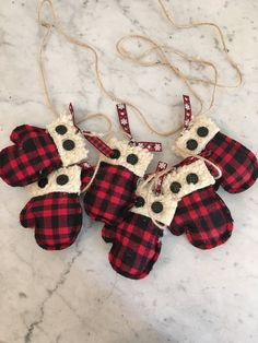 Primitive buffalo plaid mitten garland, buffalo plaid garland, Christmas and winter decoration - Dollar tree christmas diy Diy Christmas Decorations, Diy Christmas Ornaments, Xmas Crafts, Homemade Christmas, Felt Crafts, Diy Christmas Pillows, Christmas Sewing Gifts, Christmas Tree Garland, Wood Crafts